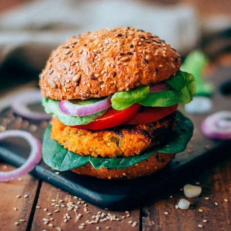 Quinua and pumpkin burger with garam masala Garam Masala, Vegetarian Recipes, Healthy Recipes, Healthy Food, Fried Potatoes, Going Vegan, Vegan Desserts, Junk Food, Salmon Burgers