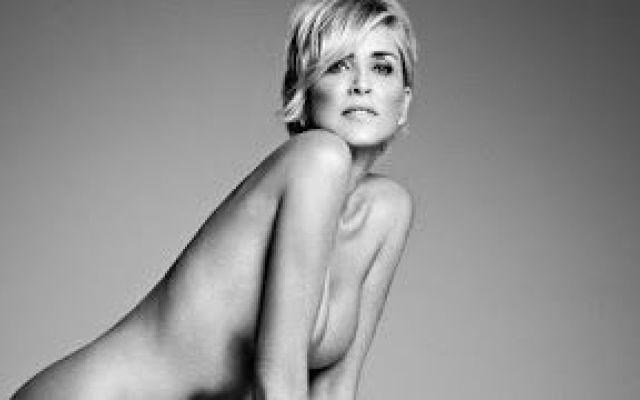 """Sharon Stone posa nuda a 57 anni. """"Il mio sedere somiglia a un sacco di frittelle, ma sto bene con me stessa"""". #stone #sexy #hot #nuda #video"""
