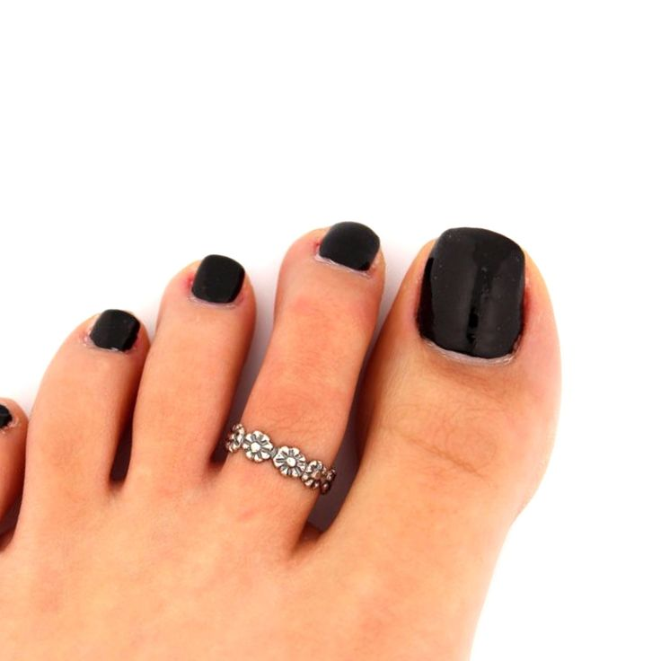 Shopping for toe rings that are simple yet chic? This silver toe ring is adjustable, making it easy and comfortable to wear to the beach or a night out on the town with your favorite sandals!   This toe ring is designed with tiny silver plated flowers and adjusts to your size!