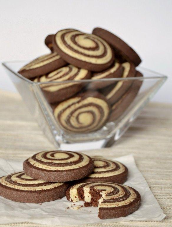 Kakao a vanilka. Výborné křehké sušenky ke kávičce. Mňamka!