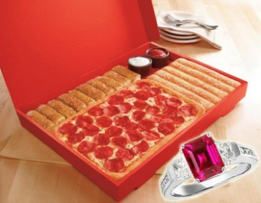 발렌타인데이 고백용 1천만원짜리 피자 '화제'다.  미국에서 1000만원이 넘는 피자세트 메뉴가 출시돼 화제다.    미국 피자헛은 최근 발렌타인 데이를 맞아 1만10달러(약 1130만원)에 달하는 프러포즈용 피자세트 메뉴를 내놓았다.    페퍼로니 피자와 시나몬스틱 등으로 구성된 이 고가의 피자세트는 겉모습은 10달러(약 1만1200원)에 판매되는 일반 피자와 비슷하다.    하지만 이 피자세트를 주문하면 루비 반지와 함께 꽃다발 제공, 불꽃놀이 이벤트, 고급 리무진, 전문 사진가의 사진 촬영 등 각종 서비스를 제공받을 수 있다.    다양한 이벤트로 발렌타인 데이에 특별한 프러포즈를 할 수 있다는 것이 업체 측의 설명이다.    이 '1000만원 피자세트'는 단 10명에게만 판매될 예정이며, 발렌타인 데이가 지나면 상품 판매는 종료된다.