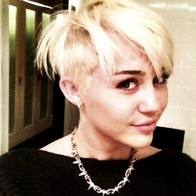 A estrela teen Miley Cyrus, resolveu passar a tesoura e embarcou em corte polêmico.     Opiniões aqui!
