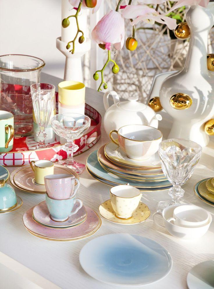 STYLINGTIP: Dor verschillende serviezen met elkaar te combineren, dek je snel en gemakkelijk de tafel voor een groot gezelschap. De mix van gekleurde borden, schalen en kopjes geeft een feestelijke sfeer.