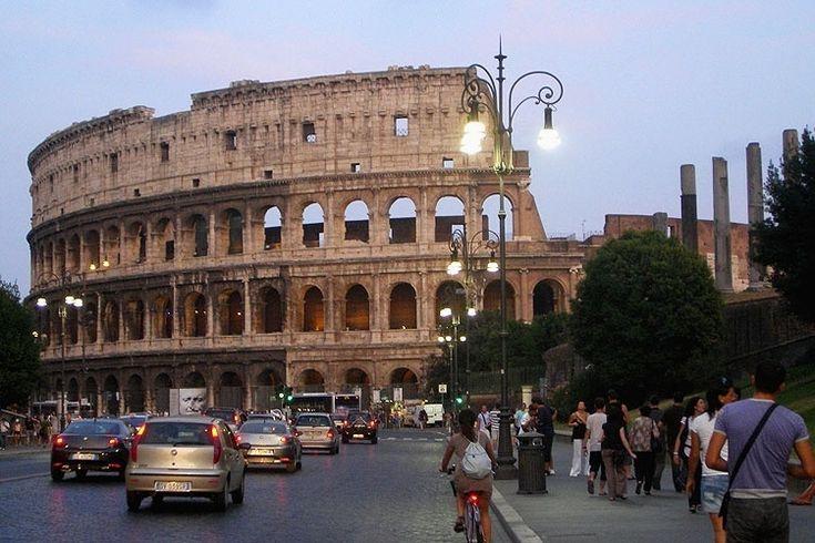 O Coliseu, originalmente conhecido como Anfiteatro Flavio, é o monumento mais importante da Roma antiga ainda de pé. A sua construção foi iniciada por Vespasiano em 72 d.C. e foi inaugurado por Tito em 80 d.C. Era capaz de abrigar até 50.000 pessoas #Itália