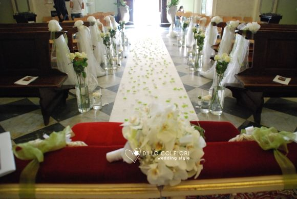 The panoramic nave with wedding bouquet