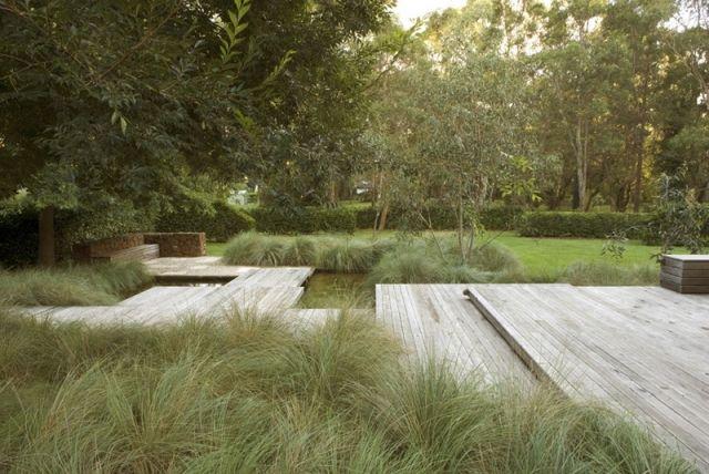 landschaftgestaltung ziergräser sorten holz deck teich sitzbank ecke