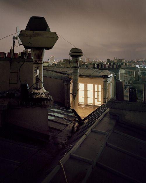 Sur Paris fotograaf Alain Cornuging s nachtsals de Sinterklaas van Frankrijk over de daken van Parijs.