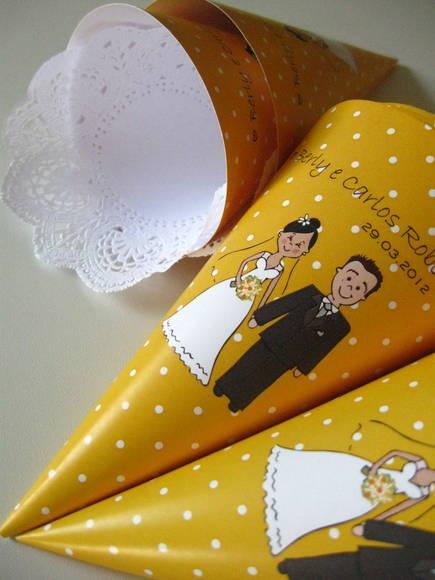 Cone para pétalas ou doces. Esse cone é muito usado para colocar pétalas de rosas para serem jogadas na saída dos noivos da igreja. Ele também pode ser utilizado para acondicionar doces e guloseimas como lembrança do noivado ou casamento.