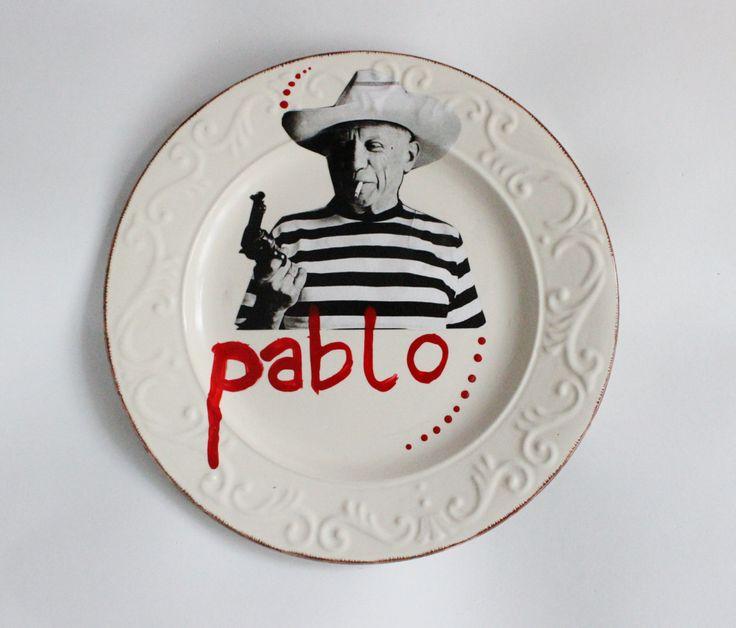 Originale piatto da appendere raffigurante Picasso, con scritta in rosso del nome Pablo e decorazioni fatte a mano. Vintage e moderno! di IlluminoHomeIdeas su Etsy