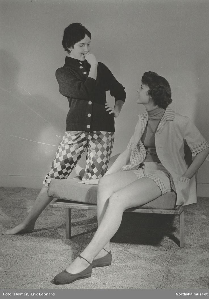 """Tonårsmode. Tjej i paralellotröja, 62:- och knäbyxa av Viola Gråstens tyg """"Delicato"""". Tjej i fransk lekdräkt 59:- och bomullsjumper, sitter på en madrass. Fotograf: Erik Holmén, 1954"""
