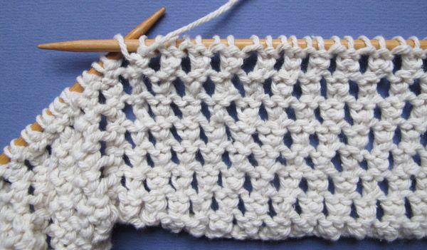 Ce point qui dessine des diagonales de jours est très facile à tricoter. Sur…