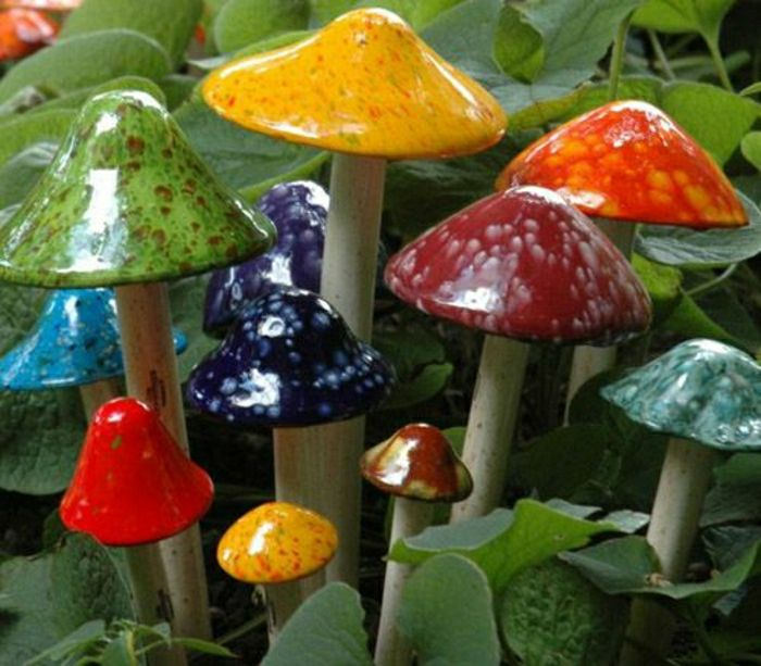 farbige Pilze aus Keramik