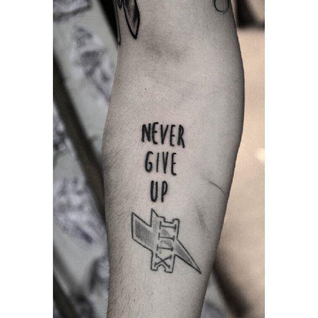 never give up #tattoo #tatuaje #ink #tatuagem #tattooapprentice #tattooartist #tattooworkers #tattooing #tattooflash #tattoodesign #tattoos #traditionaltattoo #traditional #boldtattooart #oldschool #oldschooltattoo #blackworkers #blacktattoo #rosariotattoo #argentinatattoo…