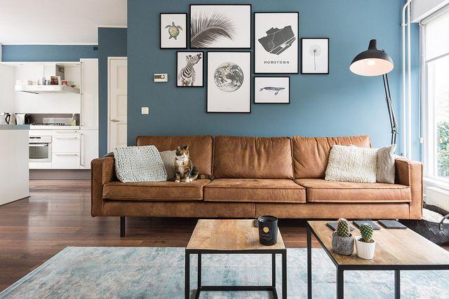 Verf boreal blue (gamma) Woonkamer: bijzettafels vlojo, bank be pure home rodeo cognac, vintage carpet, desenio wall art posters, kleur op de muur boreal blue (gamma)