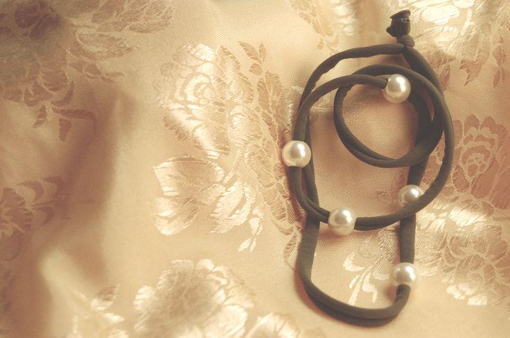 Braccialetto Linea Lycra – Grigio desaturo con charms anelliformi perlati.