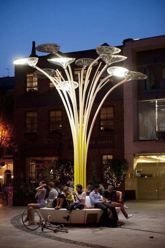 El espacio urbano es diseñado para compartir en comunidad, en este caso sería la iluminación pública siendo creativamente privada.