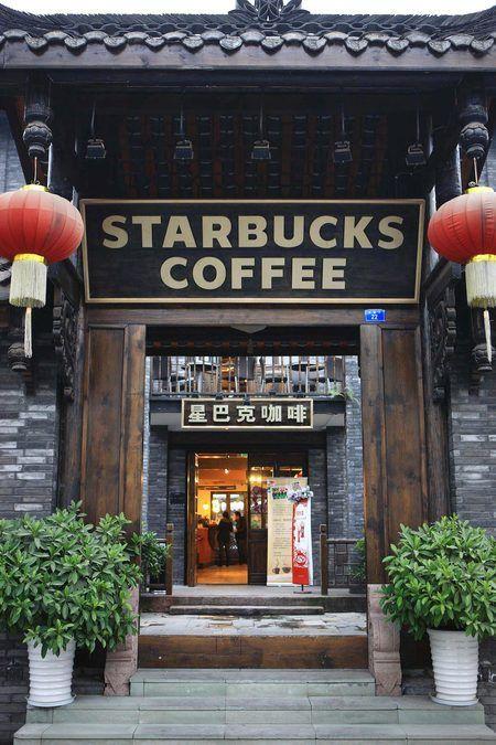 Starbucks en china, completamente diferente a lo que estamos acostumbrados, con la fachada de madera oscura y farolillos chinos a los  lados