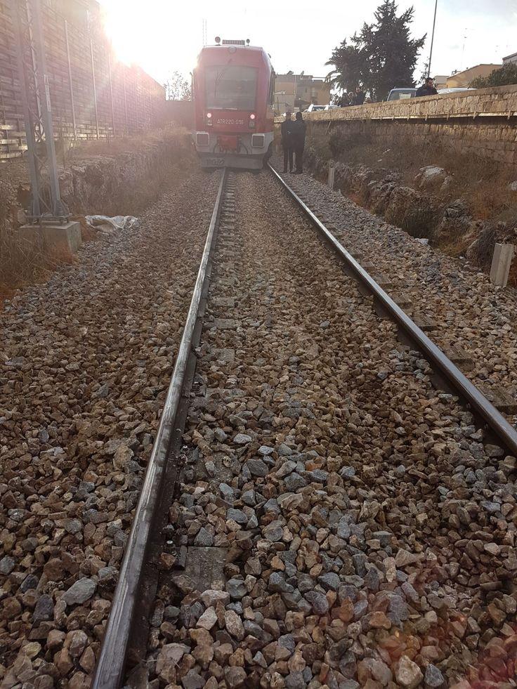 Alle 14.20 un treno ATR 220 delle Ferrovie del Sud Est è sviato in prossimità di Castellana Grotte, sulla linea Bari – Putignano. Al momento non si registra alcun ferito fra i viaggiatori e il personale di bordo. Le cause sono in corso di accertamento.Ferrovie del Sud Est ha attivato, per le gio... Puglia, Treno esce dai binari - #PrimoPiano, #Puglia -  - http://www.grottaglieinrete.it/it/puglia-treno-esce-dai-binari/