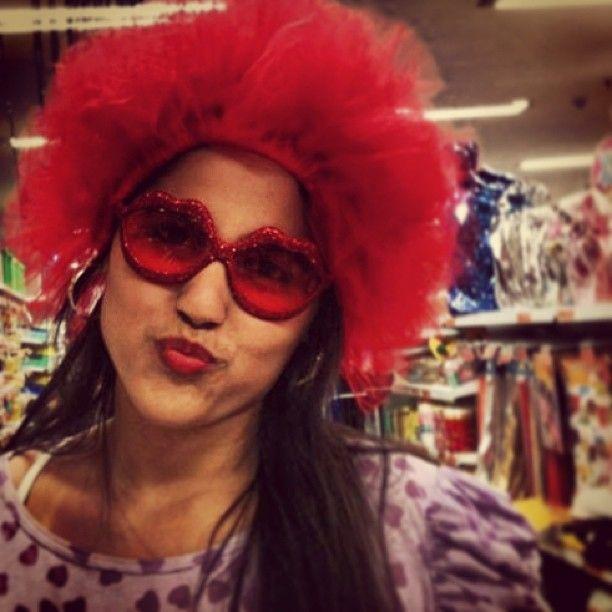 Peruca vermelha e óculos de beijinho foi a fantasia clicada pela @suzanaacardosoo no Instagram <3
