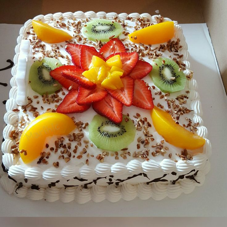 Pastel de tres leches relleno de piña decorado con fruta.