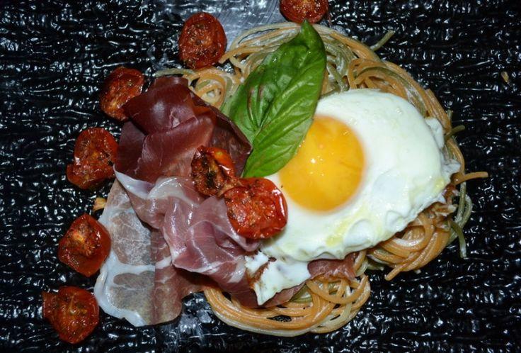 Σπαγγέτι τρίχρωμο με κρέμα γραβιέρας, μπρεζάολα, προσούτο, ψητά ντοματίνια και τηγανητό αυγό