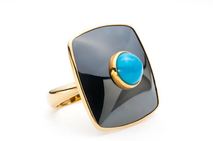 Inel realizat din aur de 18 karate şi tantal, cântăreşte 9,47 grame aur şi 4,20 grame tantal, având montat un turcoaz în greutate de 0,37 gr. #Sabion #romania #jewelry #ring #18k #gold #collections #tantalum #turquoise