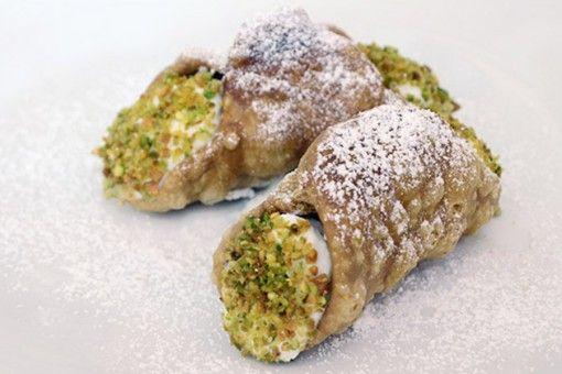 Ecco arrivati uno tra i più celebri dolci siculi: il cannolo! Queste prelibatezza è realizzata dal team del ristorante Oinos di Torino secondo la ricetta originale.