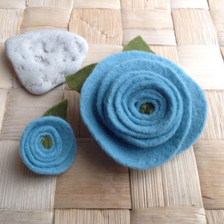 Modrá+filcová+květina+-+brož+Ozdobná+brož.+Průměr+větší+květiny+je+6,5+cm.+Cena+za+větší+květinu.