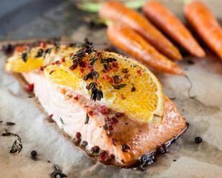 Pavé de truite à l'orange et carottes glacées au miel légères