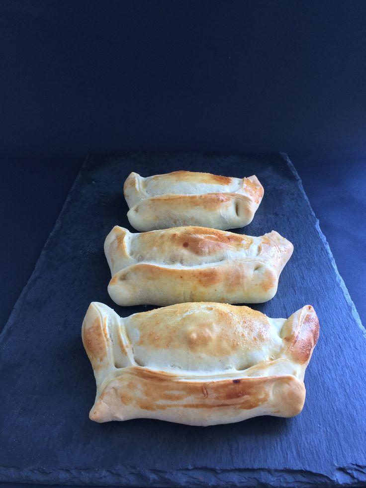 Las Empanadas Chilenas son ideales para abrir el apetito antes de un almuerzo, se las disfruta siempre con pebre.