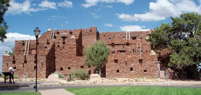 Hopi House at Grand Canyon Village adjacent to the historic El Tovar Hotel in Arizona, USA #hiking #arizonaguide #arizona