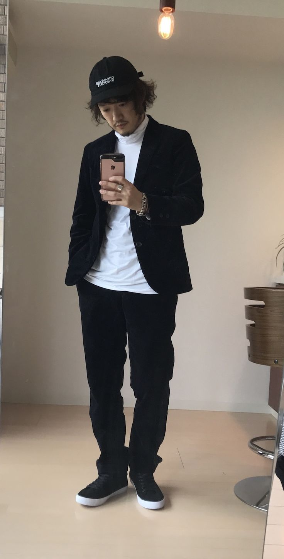 買うならジャケットとセットがおすすめ スリムフィットコーデュロイパンツ+E 3,990円 評価:★★★★☆ http://www.uniqlo.com/jp/store/goods/402770-69   実はこのパンツ、「スリム」と書いてある割にたいして細くはない。 裾幅19cm程度とスリムとはちょっと言い難いサイズ感。 だからこそ単体で楽しむのではなく、スーツで着用するのが正解。 スーツとして着用すれば「さほど細くないシルエット」が カジュアル要素として機能し、 かっちりとしたスーツスタイルを コーデュロイ素材とやや緩めのシルエットでバランスをとることに繋がる。  いくら崩したスーツとは言えダークトーンのジャケットとスラックスです。  足元はスニーカーと 頭の先にはキャップをプラスして カジュアルに寄せた小物使いでバランス。 インナーはモノトーンのタートルネックを 持ってきています。こちらはドレス感をプラスしています。  もちろん他にも例えばキャップをなくす代わりに インナーはスウェットやTシャツにするでも良いでしょう。