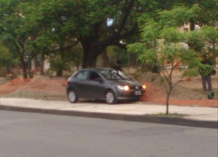 Se durmió y se subió con su automóvil a la vereda de la parte de atrás de la Legislatura: Ocurrió a las 6.50. El conductor no pudo evitar…