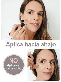 Chica aplicandose el maquillaje hacia abajo