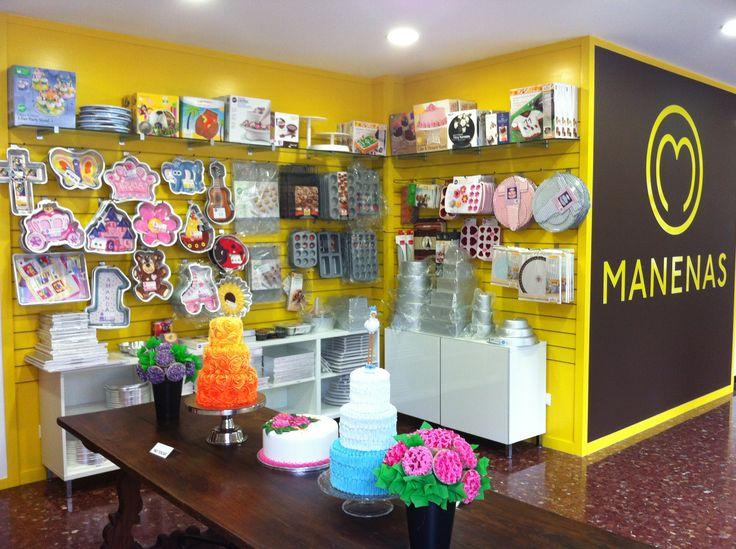 Tienda escuela de decoración de tartas, cupcakes y galletas en Barcelona ciudad. Disponemos de más de 2000 artículos y utensilios para la decoración de dulces, así como una escuela donde poder aprender a hacerlos tú mismo! Manenas.