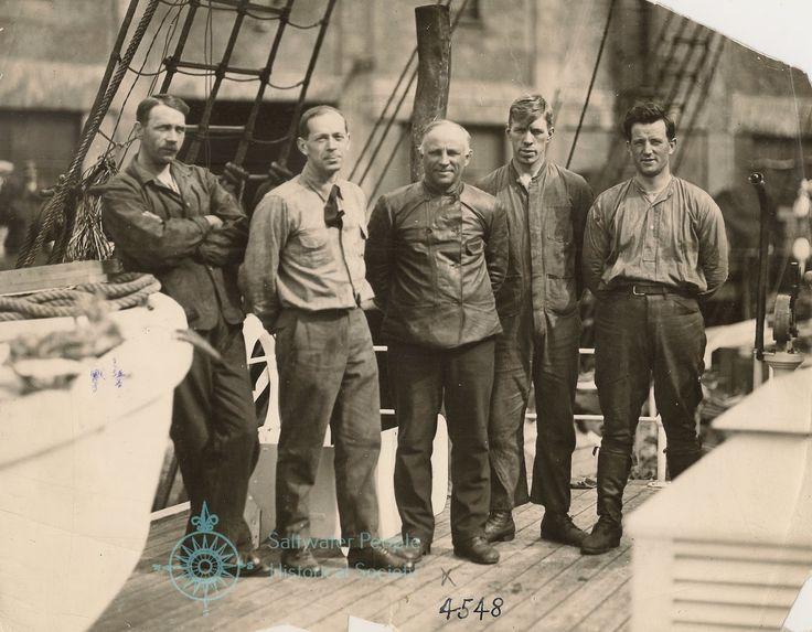 Barco Maud-Cinco de los diez que estarán en la goleta MAUD cuando el capitán Roald Amundsen intenta su deriva de siete años a través de los mares árticos sobre el Polo Norte. L-R: S. Syvertsen, ingeniero naval