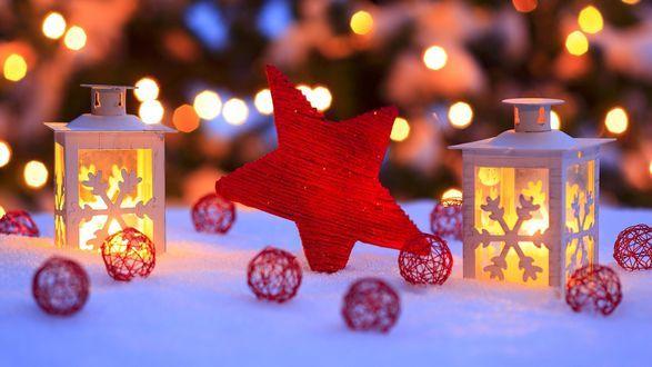 Горящие фонари, плетеные красные шарики и звезда на снегу