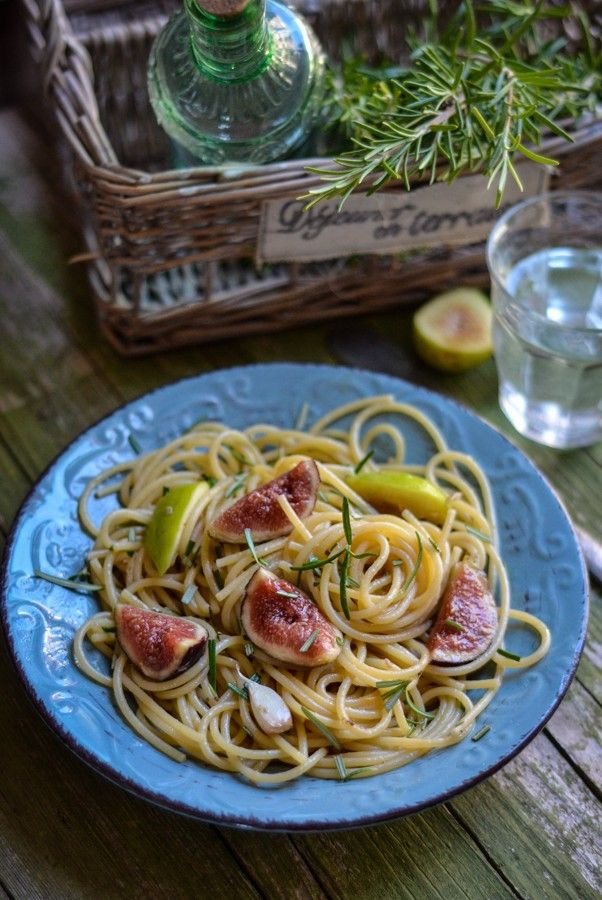 Spaghetti Fichi, Acciughe e Rosmarino. Spaghetti with figs, anchovies and rosemary.