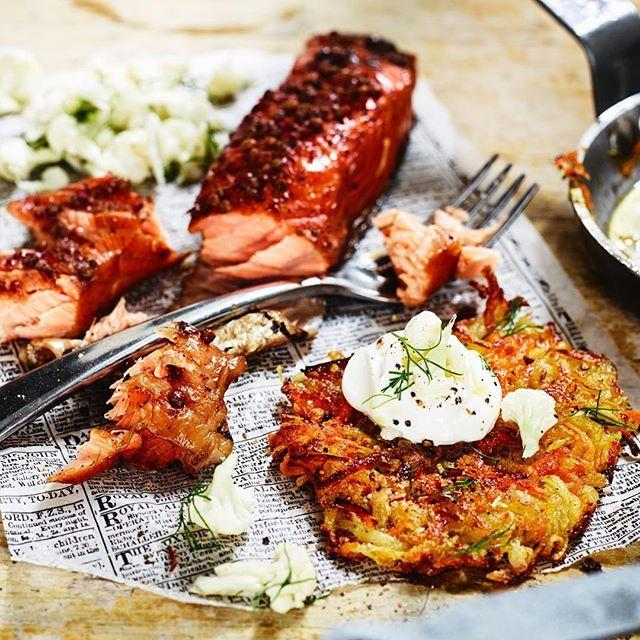 Lyxa till med en förrätt innan middagen? Denna råraka gjord på rotfrukter med varmrökt lax går snabbt och smakar ljuvligt! 👌🏼😍 #arlaköket #arla #recept  potatis