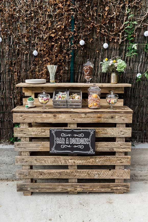 Un joli bar à bonbons avec de vieilles palettes en bois - Le baptême de Sila
