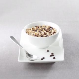 MUESLI EXPRESS      El Slimbox dietético del  desayuno, con avellanas y  pepitas de chocolate negro **    * Comparado con la media de productos tipo  muesli del mercado, en el producto reconstituído.  ** También se puede consumir como postre o tentempie en etapa durable.     MODO DE PREPARACIÓN:  Quitar la tapa, añadir 150 ml de agua fría (hasta el nivel de la línea), mezclar con  la ayuda de una cuchara y consumir rápidamente!    CONSEJO DE CONSUMO:  En lugar de pan o cereales…