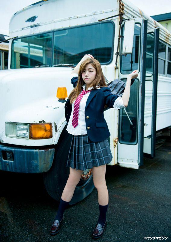 バスの前の池田エライザ
