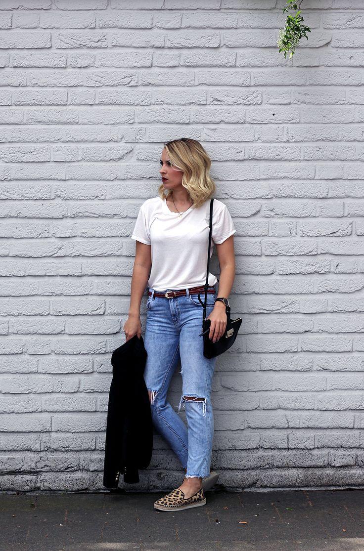 Arbeit, Uni, Shopping - Julias Outfit ist ein Allrounder. Den Basic-Look aus Shirt und Destroyed Jeans wertet die styleranking Redakteurin mit Leo-Espadrilles, Gürtel und Tasche auf! Der rote Lippenstift setzt einen weiteren edlen Akzent. Ihren Look könnt ihr nachshoppen: http://liketk.it/2otst // Julia created an allround-outfit! You only need a basic-outfit and revalue with fancy shoes and elegant bag. Red lipstick makes the look even more sophisticated. Shop her look…
