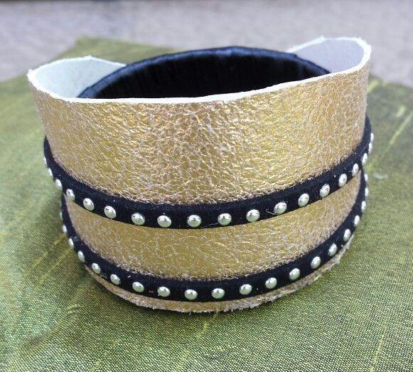 brazalete cuero metalizado y tachas