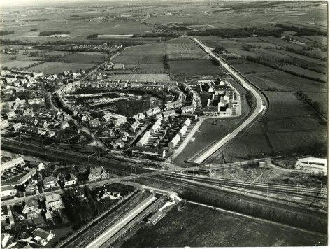 Hoe Tuindorp in Haren ontstond. In 1917 werd gestart met de bouw van de eerste woningen in wat Tuindorp zou gaan heten voor het personeel van het rangeerterrein Onnen. www.drukkerijvanark.nl