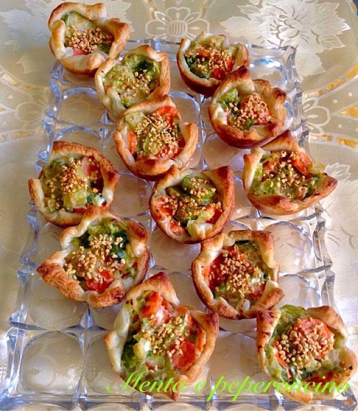Ricetta Cestini di pasta sfoglia con sfiziose verdure, un delizioso aperitivo che può essere servito anche come contorno....