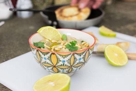 Il baba ganoush è una salsa di origini mediorientali composta principalmente da polpa di melanzane e pasta di sesamo.