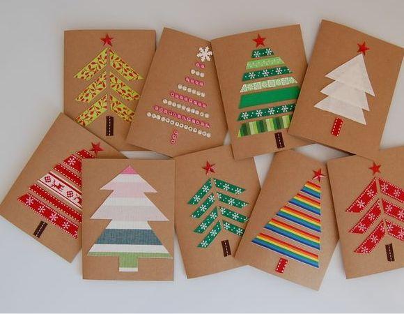 Szalagokból, csomagolópapírból, gyöngyökből és gombokból már igazán szép, ötletes és egyedi karácsonyi képeslapok készíthetőek, kevés energiaráfordítással is.