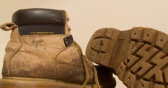 Cómo limpiar botas Red Wing. Red Wing es una marca de botas fuertes y duraderas. De hecho, la empresa dice que sus botas duran para siempre. Pero para que eso suceda, debes cuidarlas. Si se ensucian, debes limpiarlas. Afortunadamente, es fácil cuidar y limpiar tus botas de trabajo para asegurarte de que cumplan con lo que pregona la empresa.