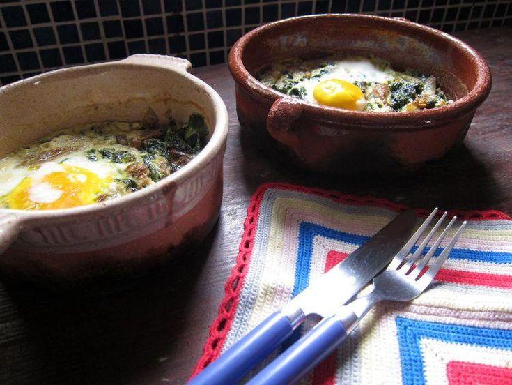 Huevos al horno con espinacas, setas y queso de cabra.
